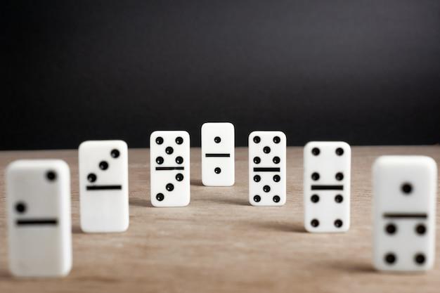 Domino-chips mit hölzernem hintergrund