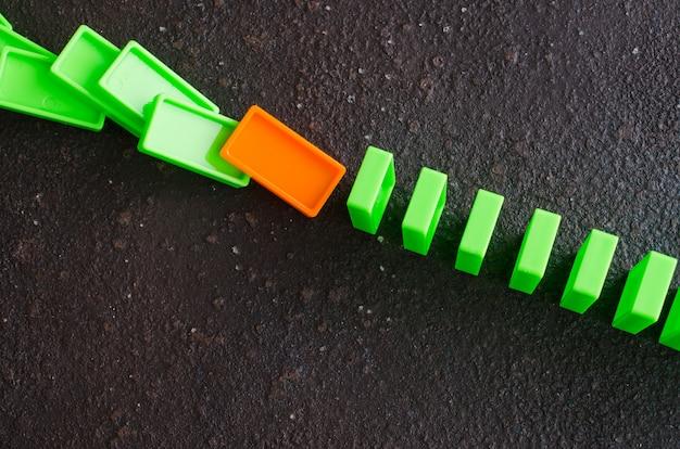 Domino-effekt. das konzept eines schwachen gliedes.