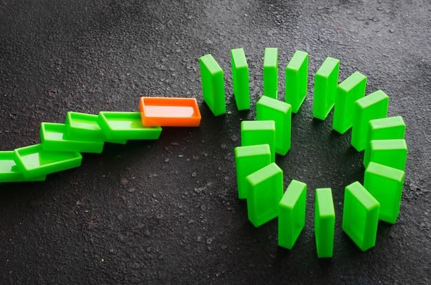 Domino-effekt. das konzept eines schwachen links.