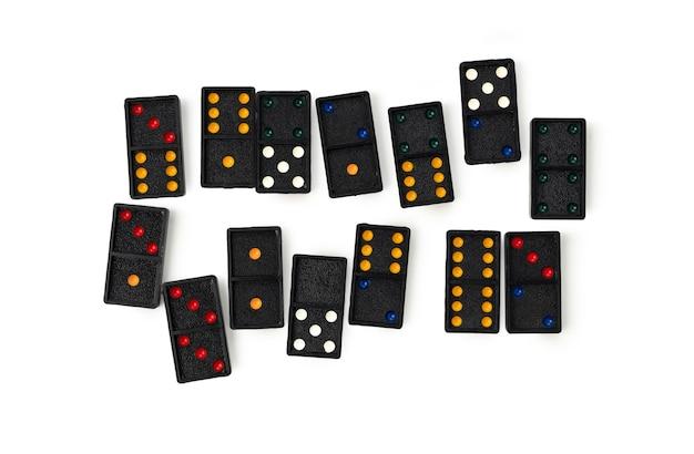 Domino mit farbe auf weißem hintergrund isoliert