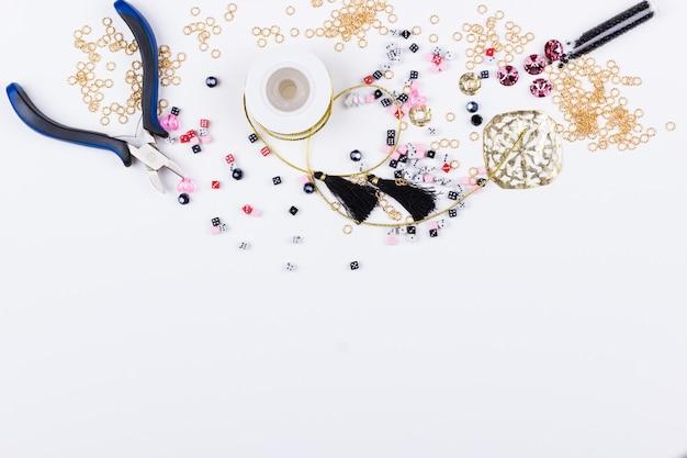 Domino perlen und metallteile