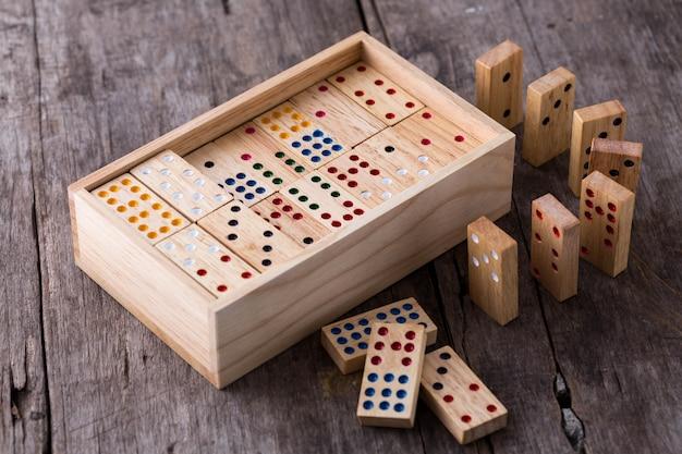 Dominospiel auf holztisch