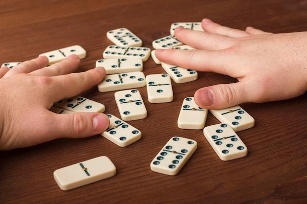 Dominosteine auf einem holztisch. das spiel ist tabletop