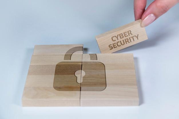 Dominosteine mit einem schlosssymbol cybersicherheit