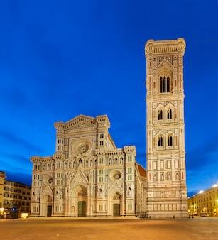 Domkirche santa maria del fiore mit turmglocke nachts, florenz, italien