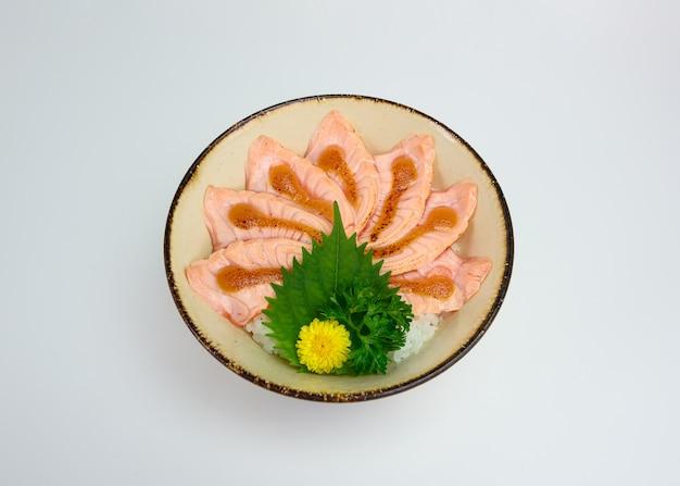 Donburi schnitt den rohen lachs, der mit der saikyo soße geraucht wurde, die mit japanischem reis eingestellt wurde