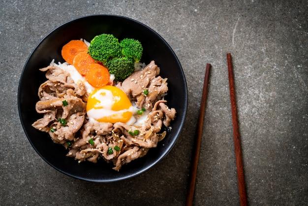 Donburi, schweinefleischreisschale mit onsenei und gemüse