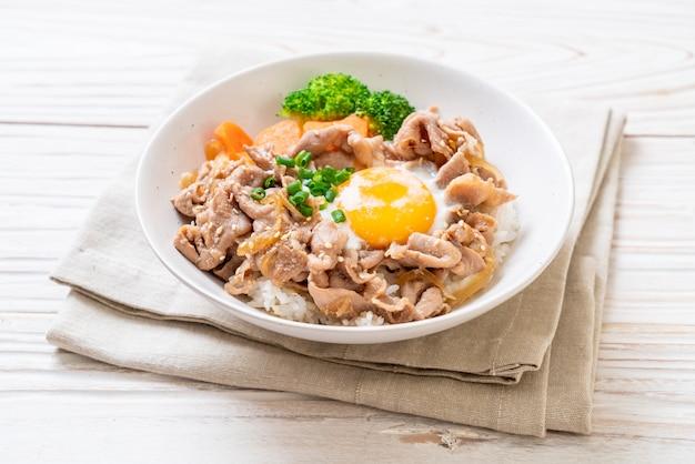Donburi, schweinefleischreisschüssel mit ei und gemüse