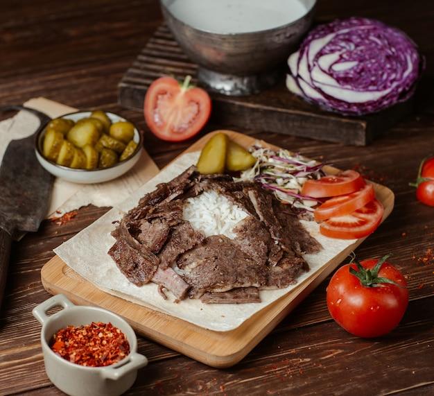 Doner fleischscheiben mit gemüse und kräutern