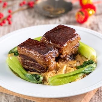 Dongpo schweinefleisch mit gemüse, traditionelles chinesisches neujahrsessen