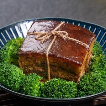 Dongpo schweinefleisch mit grünem gemüse, traditionelles essen für das chinesische neujahr