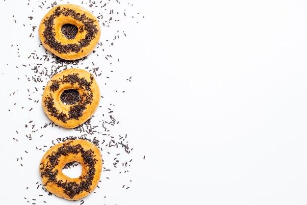 Donut mit buntem besprüht mit weißem hintergrund