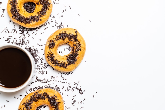 Donut mit bunten streuseln
