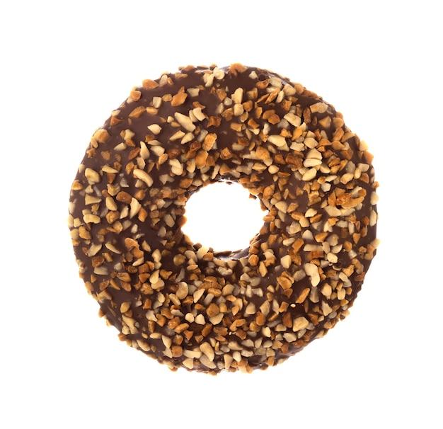 Donut mit gefrosteter schokoladenglasur und nussstreuseln isoliert auf weißer oberfläche ein runder donut aus schokolade und nüssen