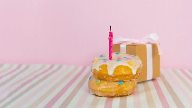 Donut mit kerze und geschenk
