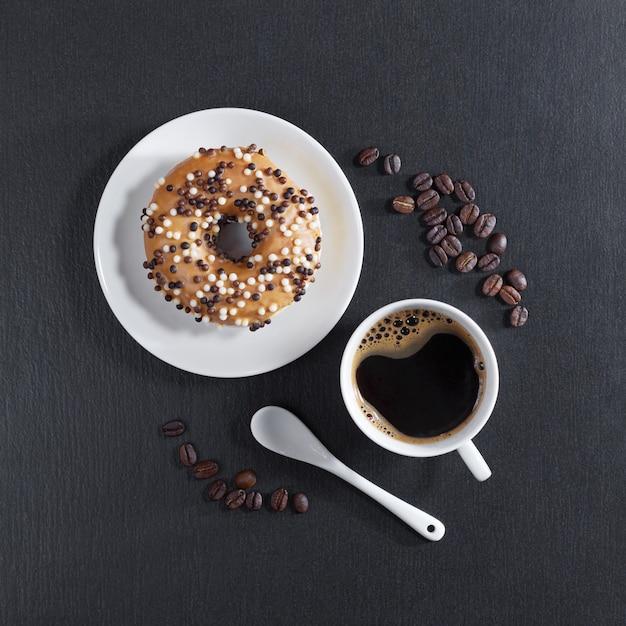 Donut mit schokolade und kaffee