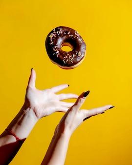 Donut mit schokolade und süßigkeiten an der spitze