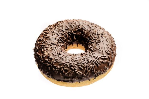 Donut mit schokoladenglasur nahaufnahme isoliert auf weißem hintergrund.