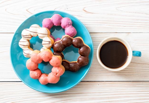 Donut mit schwarzem kaffee