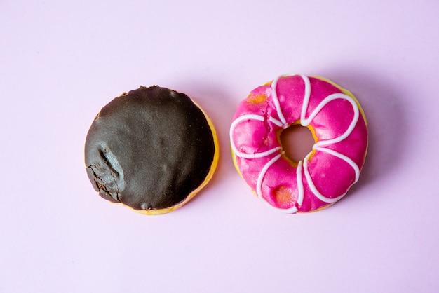 Donut schokolade und rosa donuts cover mit schokolade und bestreuen mit donuts
