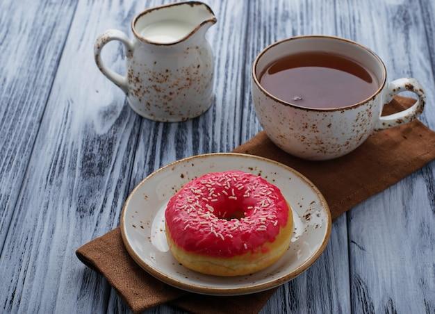 Donut und eine tasse tee