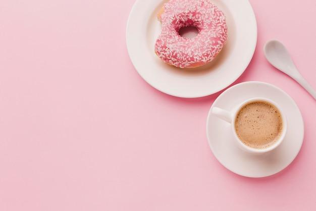 Donut zum frühstück und kaffee