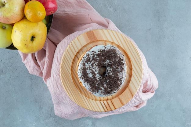 Donutbrötchen mit kakaocreme darauf.