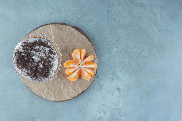 Donutbrötchen mit kakaopulver darüber.