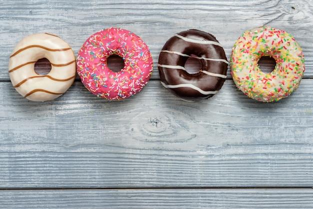 Donuts auf einem holztisch