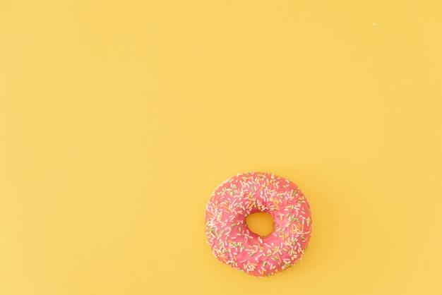Donuts auf gelbem hintergrund.