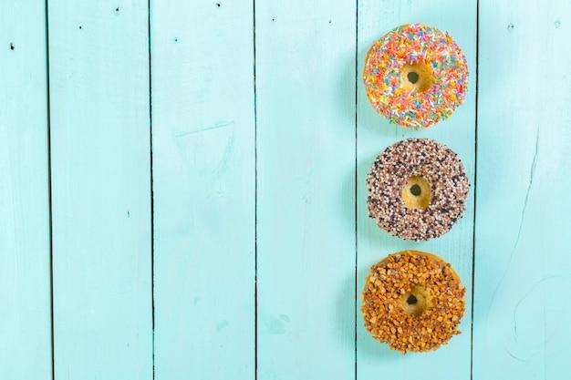Donuts auf hölzernen hintergrund