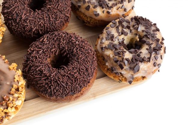 Donuts auf holzplatte