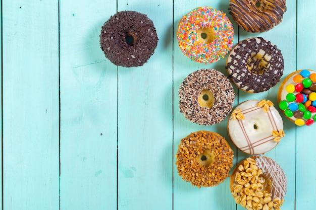 Donuts auf holztisch mit streuseln