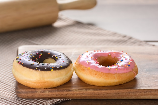 Donuts auf holztisch.