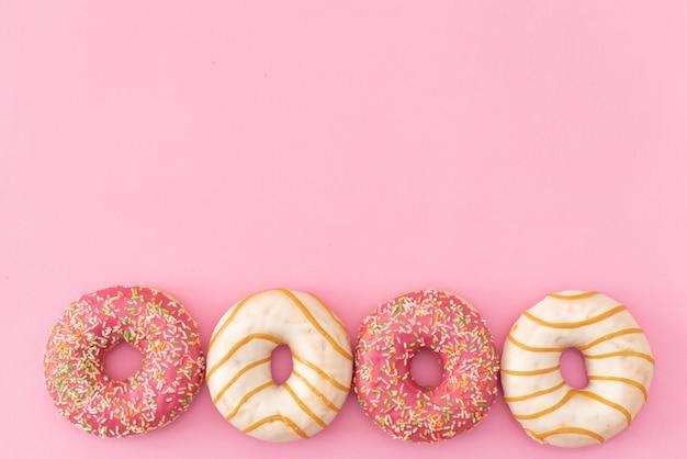 Donuts auf rosa hintergrund.