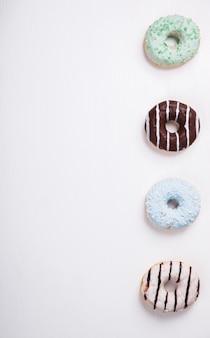 Donuts in farbigen glasuren. gebäck, dessert