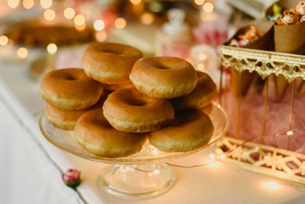 Donuts in verschiedenen geschmacksrichtungen, um eine ungesunde ernährung zu erreichen