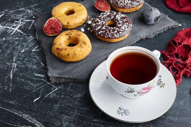 Donuts mit einer tasse tee.