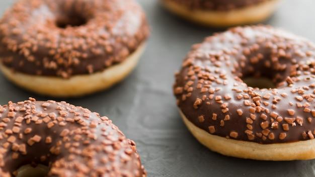 Donuts mit schokolade überzogen und bestreut