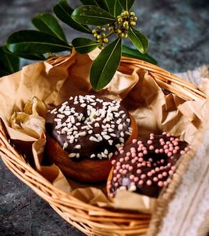 Donuts mit schokolade und süßigkeiten