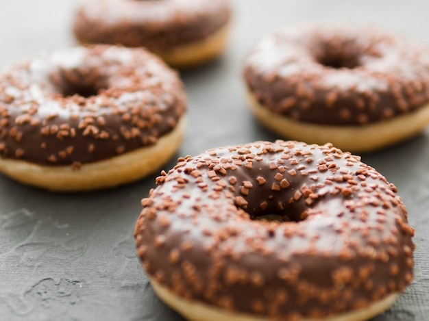 Donuts mit schokoladenglasur und streuseln