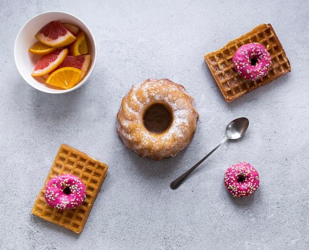 Donuts mit waffeln und zitrusfrüchten
