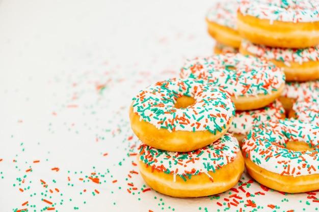 Donuts mit weißer schokoladencreme und besprüht zucker