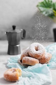 Donuts mit zuckerpulver auf dem grauen betonhintergrund