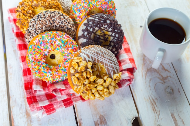 Donuts und kaffee auf weißem holz