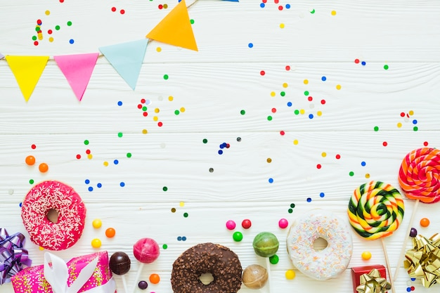 Donuts und süßigkeiten mit konfetti