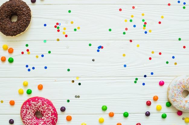 Donuts und tropfen mit konfetti