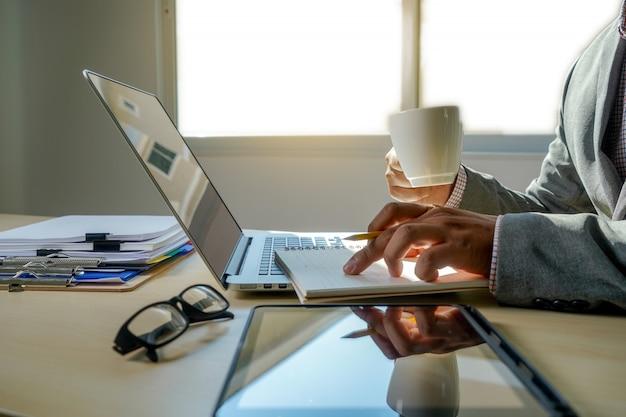 Doppelbelichtung der geschäftsmannhand arbeitend an laptop-computer auf hölzernem schreibtisch mit social media-netzdiagramm