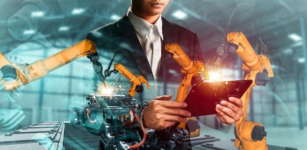 Doppelbelichtung des mechanisierten industrieroboterarms und des fabrikarbeiters