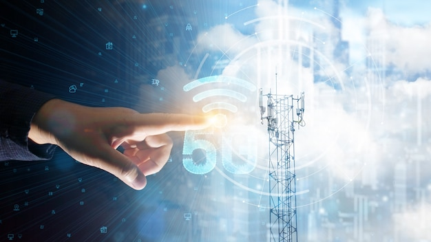 Doppelbelichtung von geschäftsmann berührt telekommunikationsturm